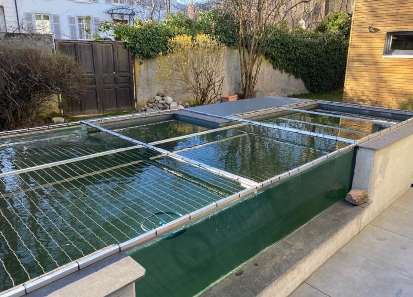 Filet de protection sur bassin à poissons