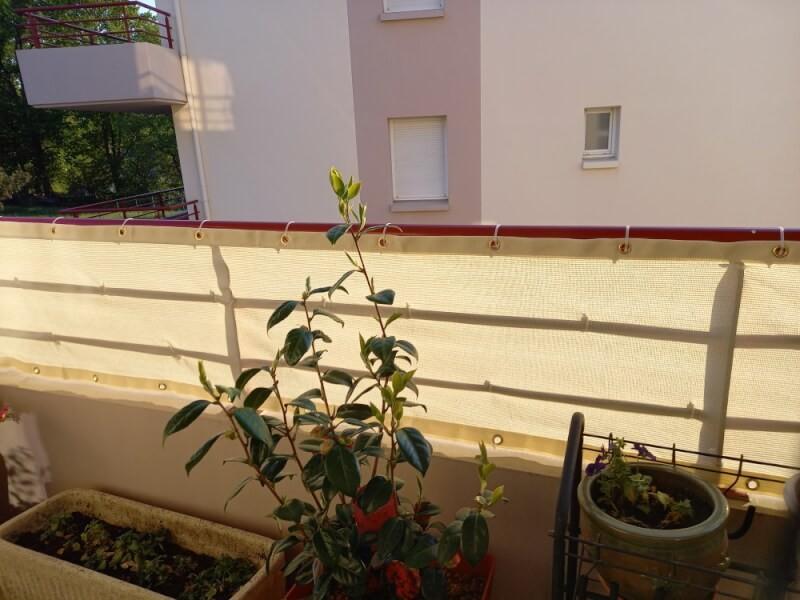 Filet brise-vue blanc installé sur balcon