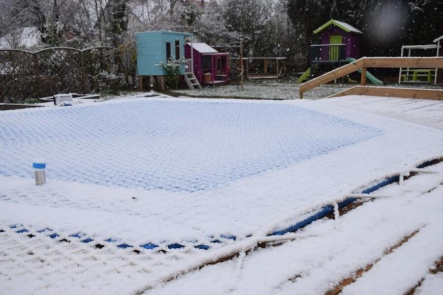 Filet de protection anti-noyade installé sur piscine