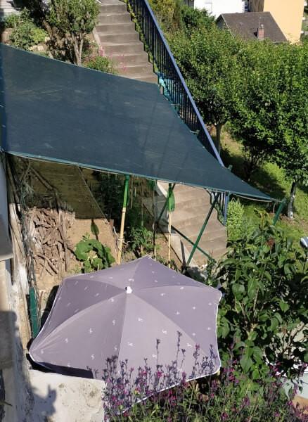 Installation du filet d'ombrage plein sud, pour la culture des tomates