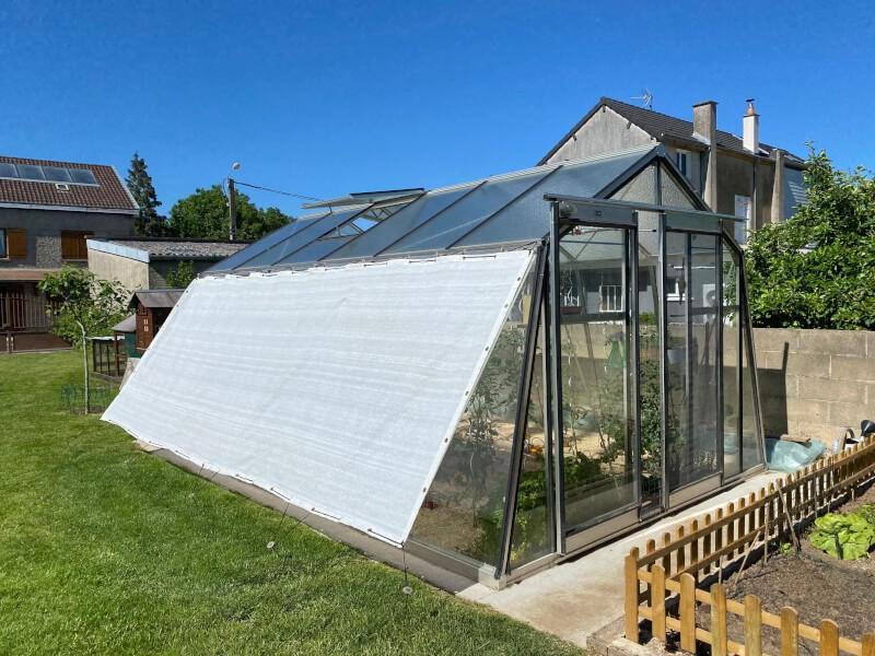 Filet d'ombrage 75% installé sur ma serre pour affronter les fortes chaleurs de l'été