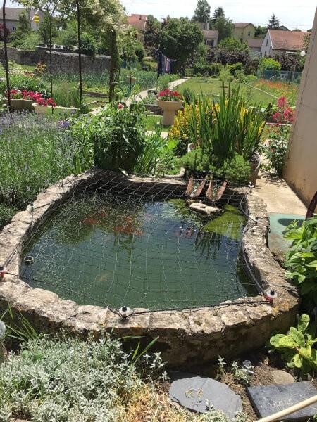 Filet de protection posé sur un bassin