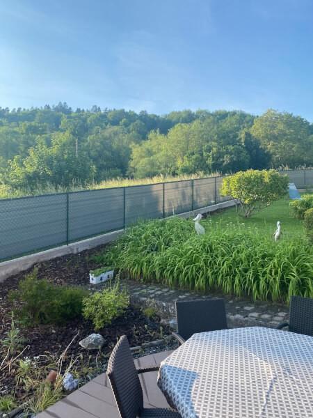 Filet brise-vue de couleur pour jardin verdoyant