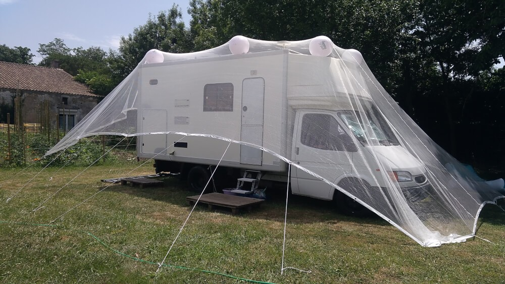 Filet anti-grêle posé sur camping-car