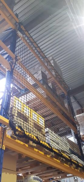 Filet de sécurité installé en haut d'une étagère d'entrepôt