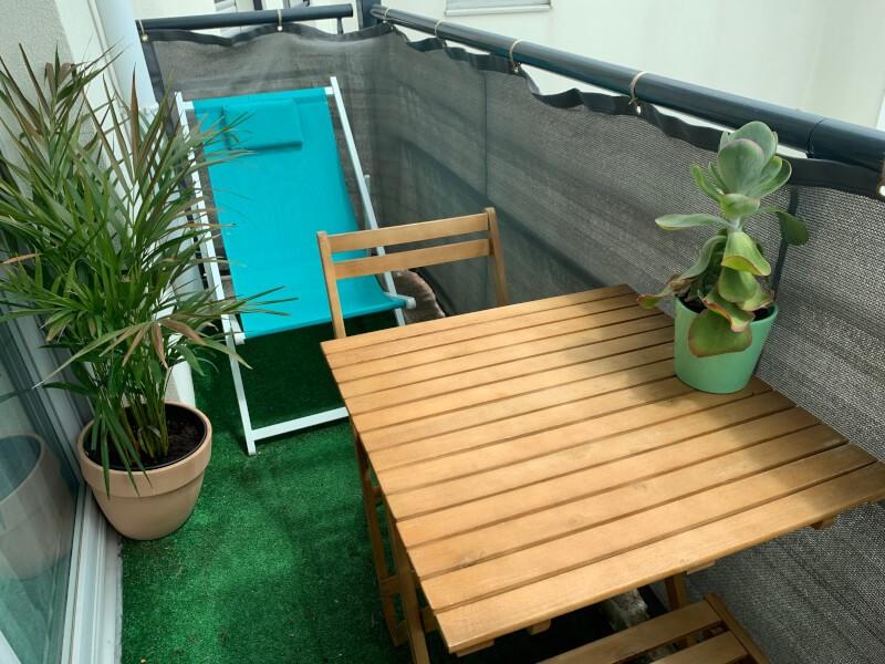 Filet brise-vue de couleur posé sur un balcon