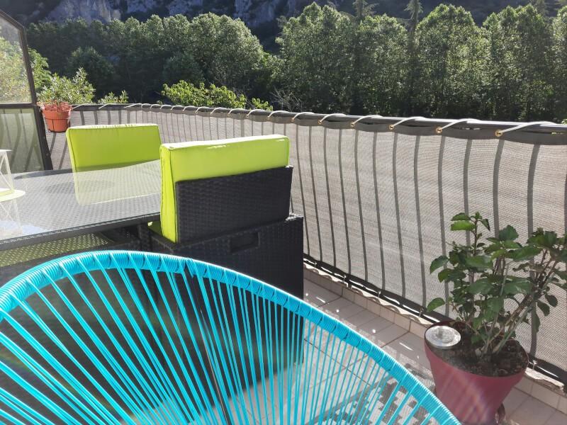 Filet brise-vue de couleur sur balcon