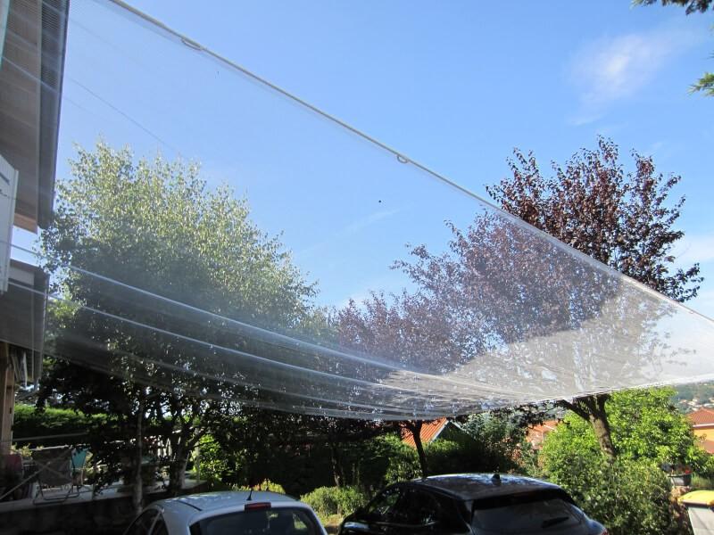 Filet anti-grêle permettant de protéger les voitures stationnées devant la maison