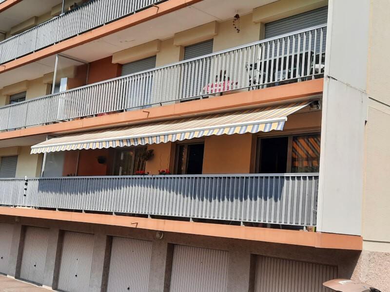 Effet canisse avec un filet brise-vue gris clair sur un balcon