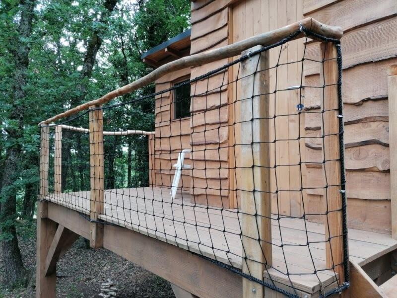 Filet de protection garde-corps pour sécuriser une cabane pour enfants