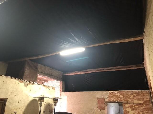 Filet brise-vent pour protéger ma grange des chutes diverses du toit