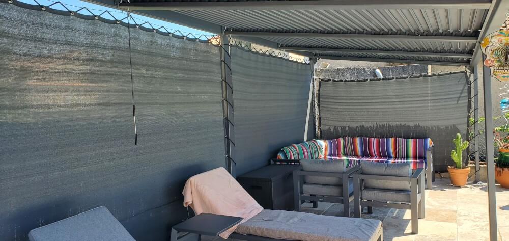 Filet brise-vue pour pergolas bioclimatique maintenu avec filins de bateau et sandow
