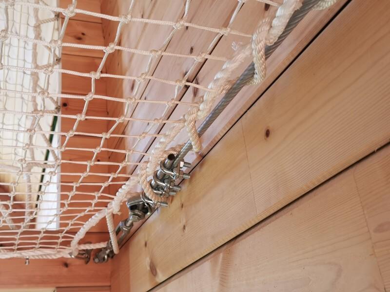 Câble posé côté mur avec fenêtre dans lequel percé à interval régulier n'était pas possible