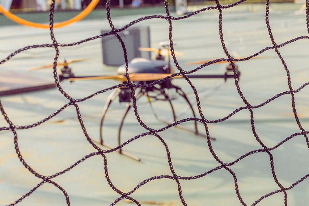 Drone derrière un filet